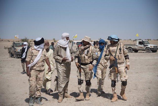 Integrantes del Alto Consejo para la Unidad de Azawad (HCUA) y soldados de la Misión de la ONU en Malí (MINUSMA)