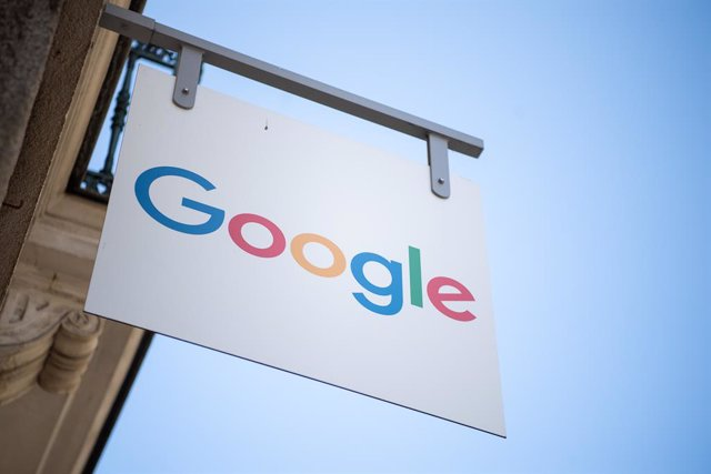 """Archivo - FILED - 29 June 2019, France, Rennes: A sign with the inscription """"Google"""" hangs in front of a training place of the company in Rennes. Google on Friday announced it would ban publishers and advertisers that use its platform from showing ads on"""