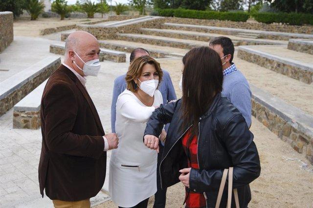 Susana Díaz (centro), junto a Antonio Ruiz (izda.) en su visita a la comarda cordobesa de Los Pedroches.