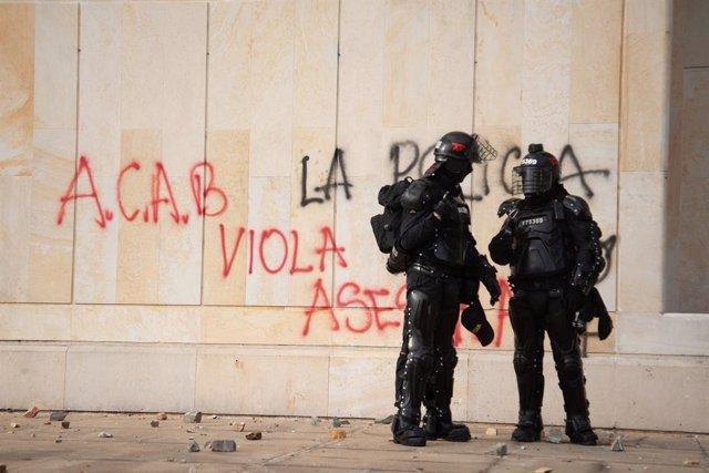 Archivo - Una pintada contra la Policía  de Bogotá en Colombia.