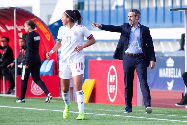 Jorge Vilda dando instrucciones durante el amistoso entre la selección española femenina y México disputado en Marbella