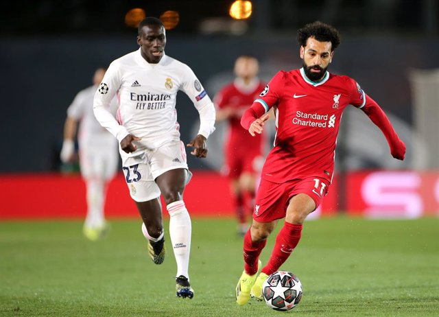 06 April 2021, Spain, Madrid: Liverpool's Mohamed Salah (R) and Real Madrid's Ferland Mendy battle for the ball during the UEFA Champions League quarter-final first leg soccer match between Real Madrid and Liverpool at the Alfredo Di Stefano Stadium. Phot