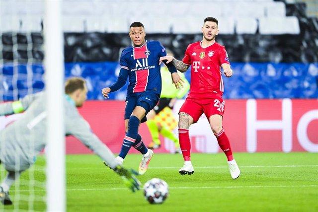 Kylian Mbappe tira a portería ante Lucas Hernández en el PSG-Bayern