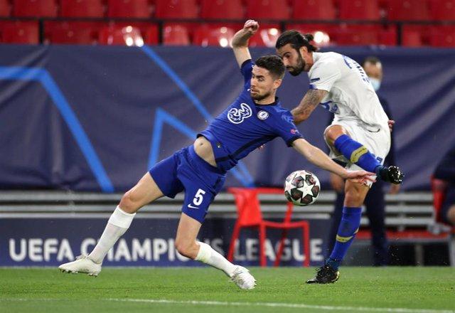 Jorginho se cruza en un disparo de Corona en el Chelsea-Oporto de vuelta de los cuartos de la Liga de Campeones 2020-2021