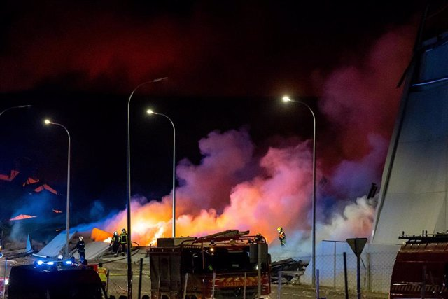 Archivo - Incendio en las naves de Seseña en el margen de la A-4