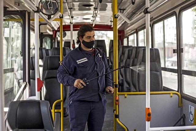 Archivo - Labores de desinfección de un autobús en Buenos Aires, Argentina.