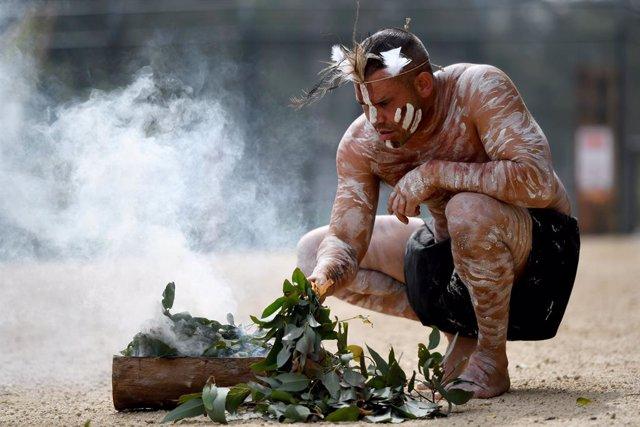 Archivo - Un australiano celebra un rito aborigen durante la apertura de un nuevo zoo en Sídney