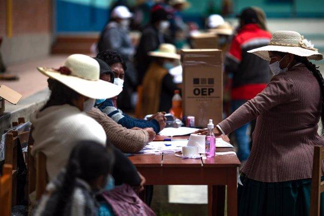 Archivo - Una mujer vota en las elecciones generales de Bolivia.