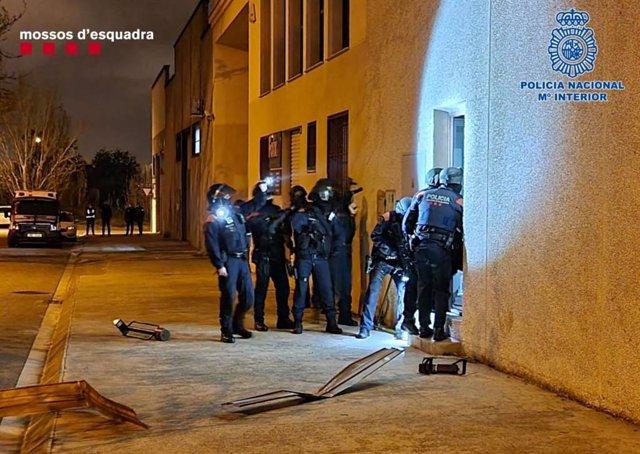 Mossos i Policia Nacional durant l'operatiu antidroga.