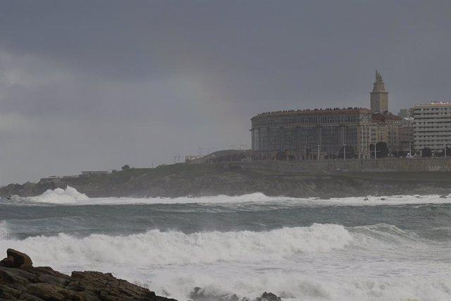 Archivo - Playa de Riazor durante un temporal costero en A Coruña, Galicia (España), a 4 de diciembre de 2020.