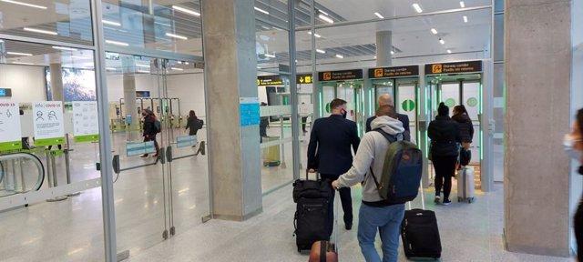 Archivo - Pasillos antirretornos del aeropuerto sevillano