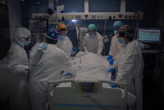 Archivo - Arxiu - Un grup de sanitaris atén un pacient a la unitat de vigilància intensiva.