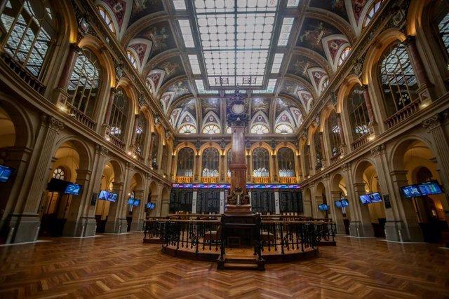Interior del Palacio de la Bolsa, donde el Ibex 35 ha finalizado la jornada de este lunes con una caída del 1,75%, en Madrid (España), a 22 de marzo de 2021. El Ibex 35 ha cerrado este lunes con una caída del 1,75%, lo que ha llevado al selectivo a situar