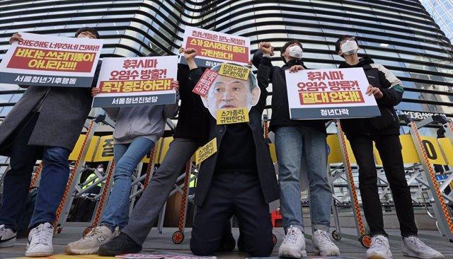Activistas se manifiestan frente a la Embajada de Japón en Seúl.