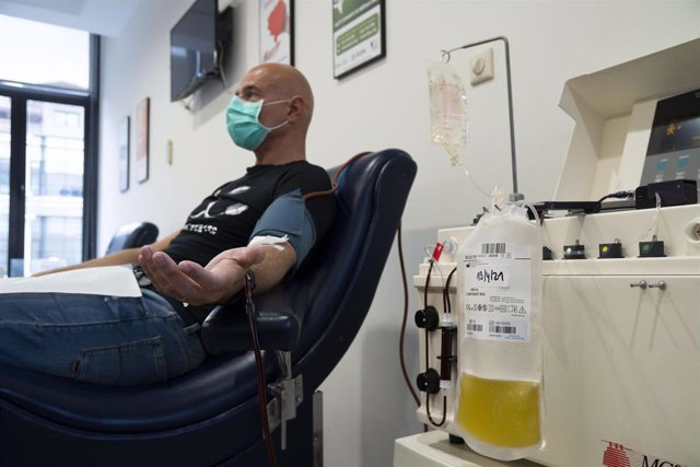El médico Nacho del Campo donando plasma con anticuerpos