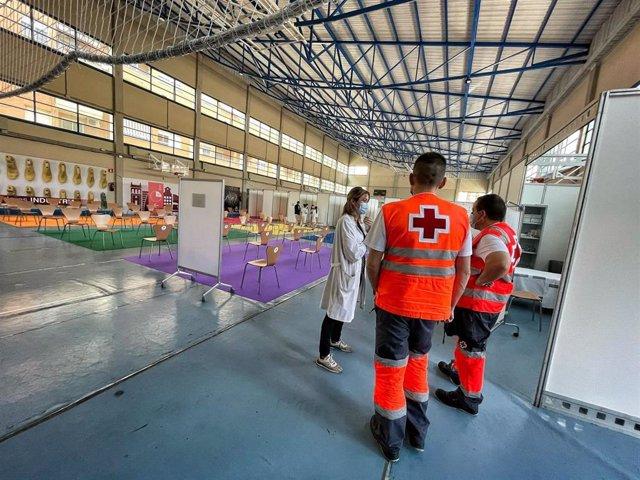 Voluntarios de Cruz Roja en un centro de vacunación