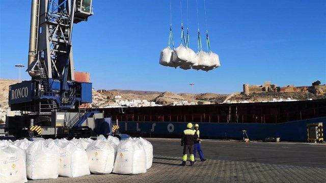 Labores de carga y descarga en el muelle de Poniente en el puerto de Almería222
