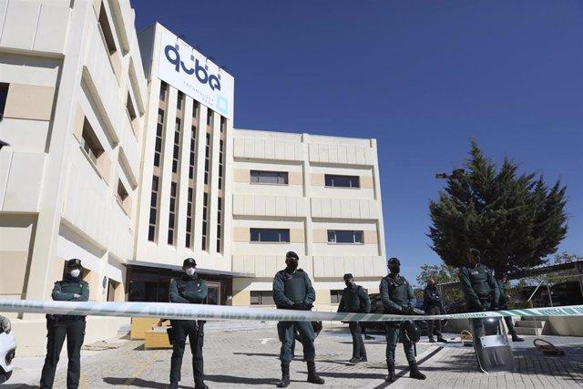 Varios guardias civiles frente a las instalaciones del laboratorio Vivotecnia, este lunes, en Tres Cantos (Madrid)