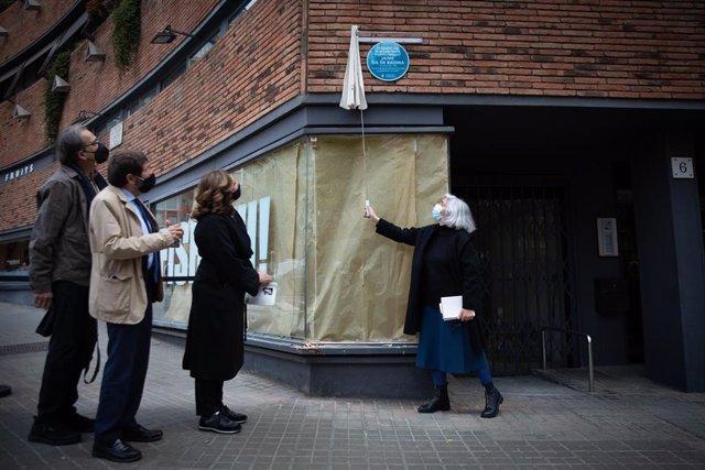 La sobrina del poeta Jaime Gil de Biedma, Inés García-Albi Gil de Biedma, descubre una placa colocada por el Ayuntamiento de Barcelona en la casa donde vivió el escritor, a 14 de abril de 2021, en Barcelona, Catalunya, (España).