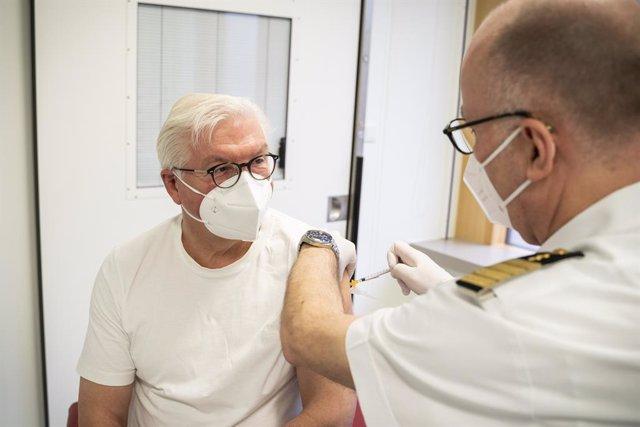 Arxiu - Frank-Walter Steinmeier, president d'Alemanya, rep la vacuna d'AstraZeneca.