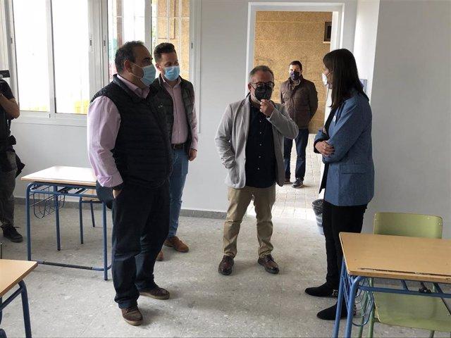La delegada territorial de Educación  y Deporte, Mercedes García Paine, visita un instituto de la provincia
