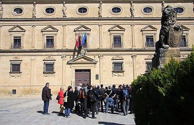 Archivo - Turistas ante el Palacio Vázquez de Molina, en Úbeda.