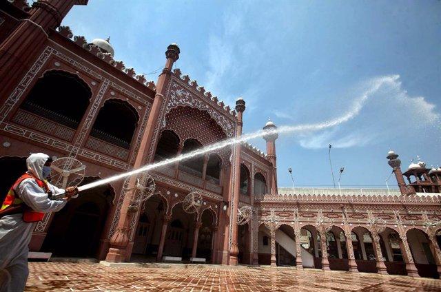 Trabajos de desinfección frente al coronavirus en una mezquita en Pakistán