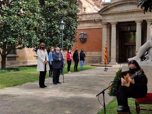 La presidenta del Parlament, Laura Borràs, i el president de l'Associació pro Memòria als Immolats per la Llibertat a Catalunya, Pere Fortuny, en l'acte d'homenatge de la cambra catalana als republicans represaliats pel franquisme.