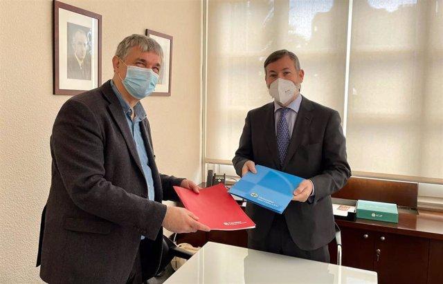 El director de Cáritas Diocesana de Barcelona, Salvador Busquets, y el rector de la UAO CEU, Rafael Rodríguez-Ponga, se han encargado de suscribir el documento.