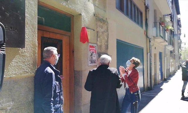 María Chivite y Jesús Santos descubren una placa que señaliza la antigua Casa del Pueblo como Lugar de Memoria Histórica