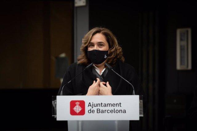La alcaldesa de Barcelona, Ada Colau, responde a los medios en un acto donde han descubierto una placa donde vivió el escritor Jaime Gil de Biedma, a 14 de abril de 2021, en Barcelona, Catalunya, (España).