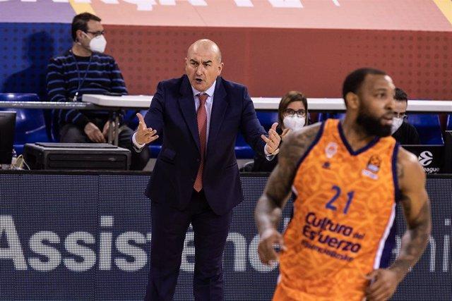 Archivo - Jaume Ponsarnau dirigiendo al Valencia Basket
