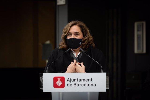 La alcaldesa de Barcelona, Ada Colau, responde a los medios en un acto donde han descubierto una placa donde vivió el escritor Jaime Gil de Biedma, a 14 de abril de 2021, en Barcelona, Catalunya, (España). Con este gesto Barcelona quiere rendir homenaje a