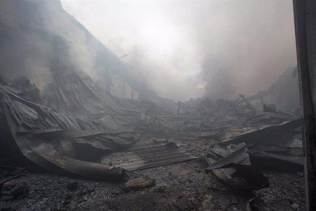 Destrozos generados por un incendio en el Polígono Industrial Ceao, a 11 de abril de 2021