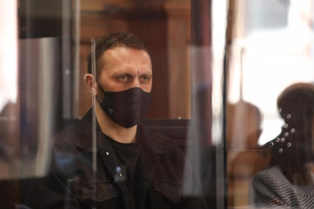El acusado del triple crimen de Andorra, Norbet Feher, asiste al juicio desde una cabina blindada