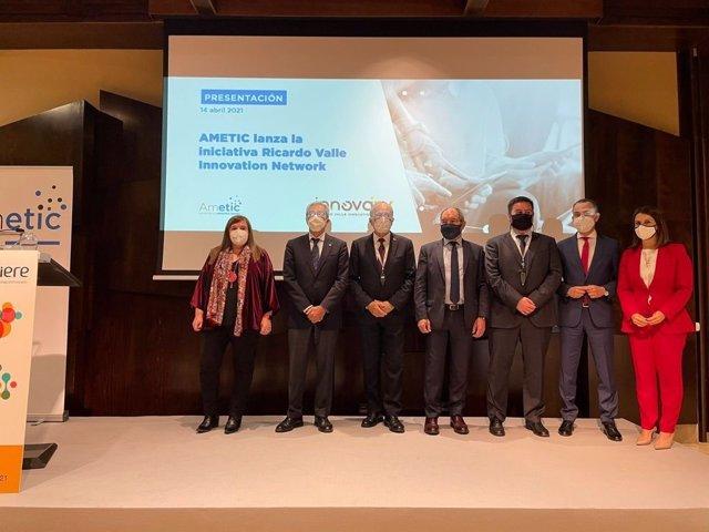 Presentación de la red de innovación nacional de Ametic en presencia de Teresa Riesgo (1 por la izquierda), secretaria general de Innovación,  Francisco de la Torre, alcalde de Málaga (3i) y el presidente de AMETIC, Pedro Mier (4i), entre otros.
