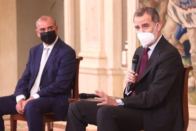 El Rey Felipe VI junto al presidente de la Plataforma del Tercer Sector, Luciano Poyato.