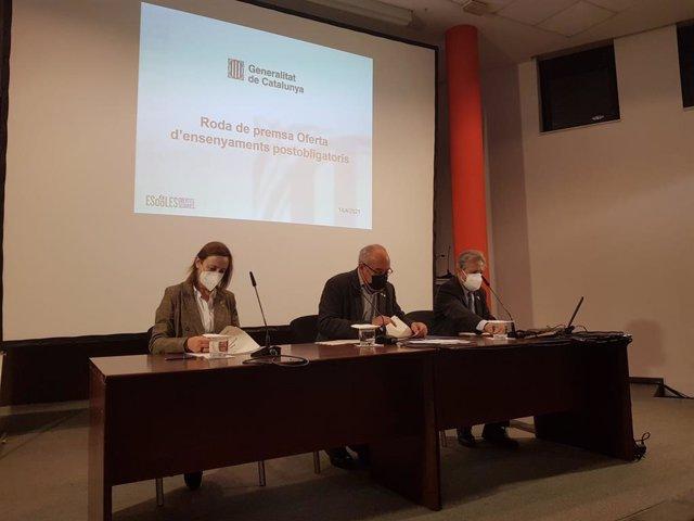 Arxiu - (e-d) La directora general de Currículum i Personalització de la Generalitat, Maite Aymerich, el conseller d'Educació, Josep Bargalló, i el director general de Formació Professional Inicial i Ensenyaments de Règim Especial, Joan Lluís Espinós.
