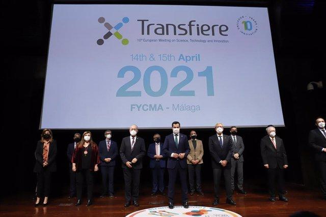 El presidente de la Junta, Juanma Moreno (c), y el consejero de Economía, Conocimiento, Empresas y Universidad, Rogelio Velasco (3i), a la llegada a  la inauguración de Transfiere 2021, Foro Europeo para la Ciencia, la Tecnología y la Innovación.