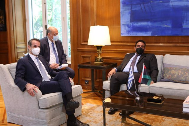 El primer ministro de Grecia, Kyriakos Mitsotakis (i), en una reunión con el presidente del Consejo Presidencial de Libia, Mohamed Menfi (d)