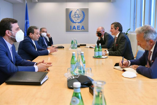 HANDOUT - 08 April 2021, Austria, Vienna: IAEA Director General Rafael Mariano Grossi (2nd R) speaks with Abbas Araghchi (2nd L), Political Deputy of the Iranian Foreign Ministry, during their meeting at the IAEA headquarters. Photo: Dean Calma/IAEA/dpa -