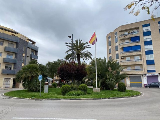 Bandera tricolor en la Plaça de la República de Paterna (València)