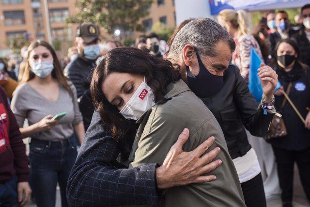 Isabel Díaz Ayuso, abraza a Toni Cantó, durante una visita a la carpa del Partido Popular en San Sebastián de los Reyes, a 14 de abril de 2021.