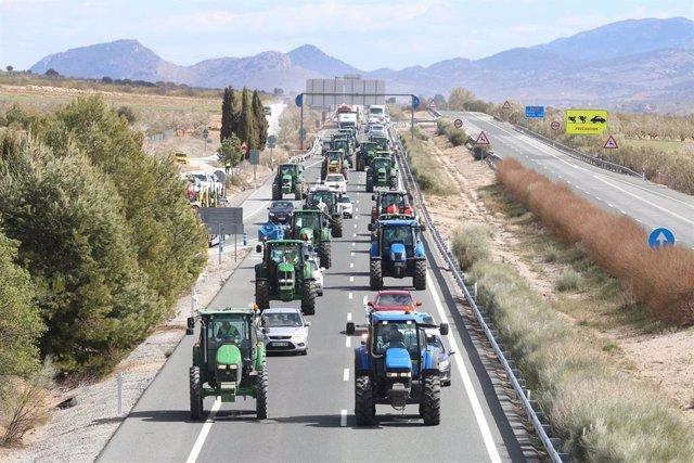 Archivo - Concentración de tractores en la A-92N entre Almería y Granada. Imagen de archivo.