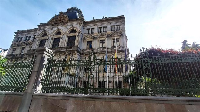 Archivo - Banderas a media asta en Oviedo, en la Plaza de la Escandalera y la Junta General del Principado de Asturias durante el luto decretado por las víctimas del coronavirus en España.