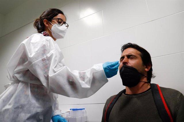 Un hombre se somete a un test de antígenos preparado para trabajadores de hostelería en la sede de Makro, en Madrid (España), a 30 de marzo de 2021.