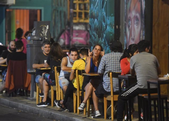 08 April 2021, Argentina, Buenos Aires: People sit on the terrace of a bar at night amid the coronavirus pandemic. The Argentine government again imposed stricter curfew restrictions for the second coronavirus wave. Photo: Raul Ferrari/telam/dpa