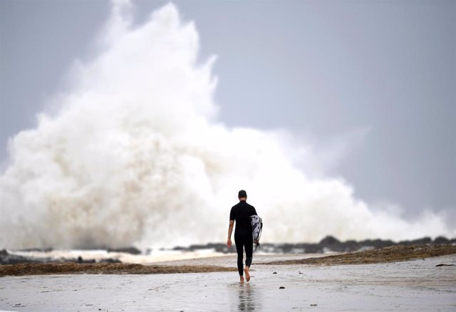 Archivo - Un surfer antes de introducirse en el agua