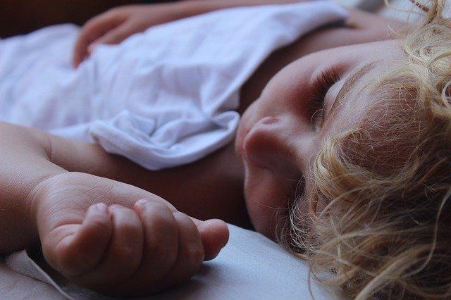 Archivo - Niño durmiendo.
