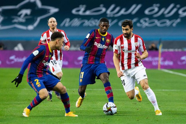 Archivo - Mikel Balenziaga of Athletic Club and Ousmane Dembele of Barcelona during the Spanish SuperCup Final between Futbol Club Barcelona and Athletic Club Bilbao at La Cartuja Stadium on January 17, 2021 in Sevilla, Spain.